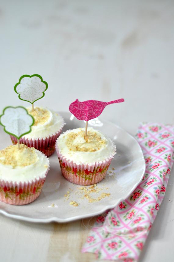 cupcakes de tarta de queso con mermelada de fresa