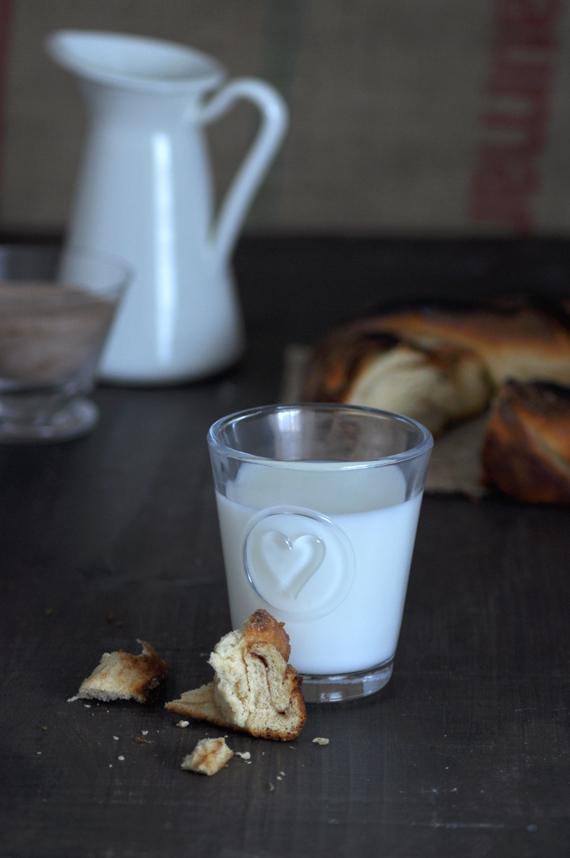 corona de canela detalle de la miga con vaso de leche