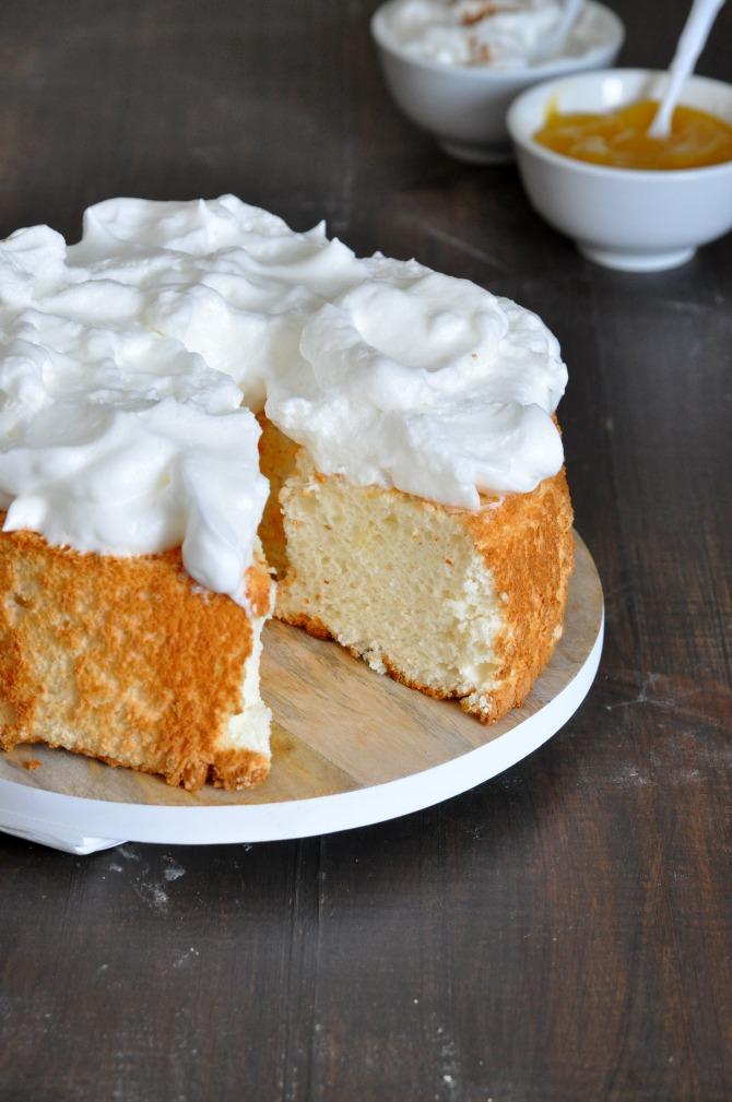 tarta esponjosa angel food cake con merengue y lemon curd. Cortada.