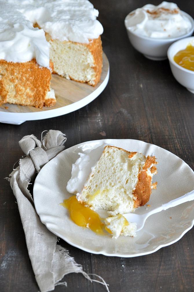porción de pastel ángel food cake, acompañado con merengue y lemon curd.