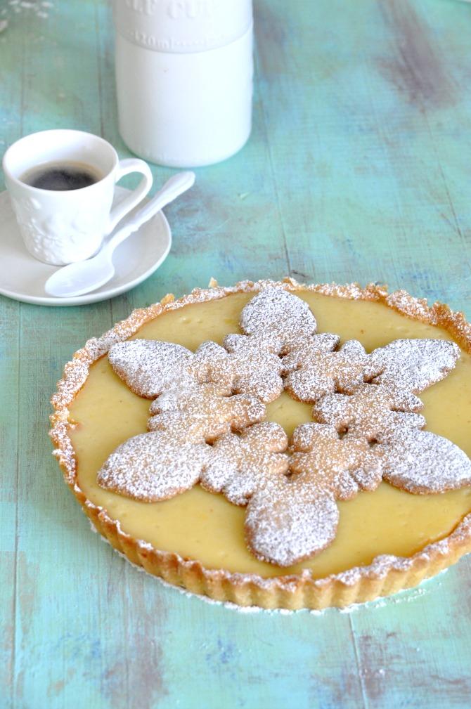 Receta de tarta de leche para postre. Decoración de navidad con una galleta de snowflake.