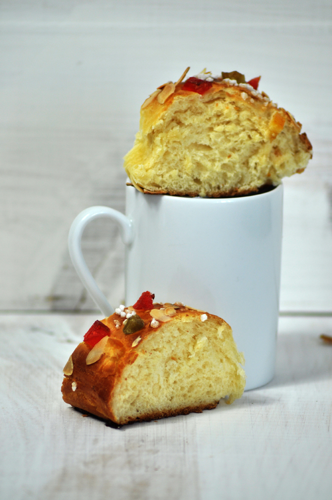roscon-de-reyes-receta-con-fruta-confitada-porcion-sobre-taza