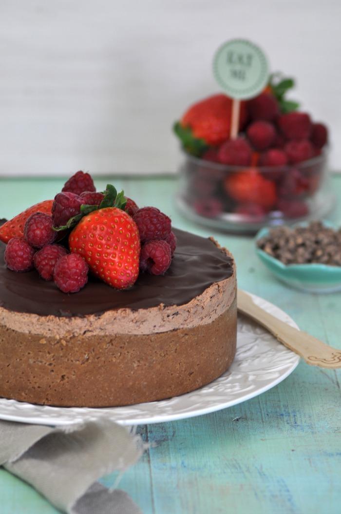receta de tarta de queso y chocolate acompañada de frutos rojos