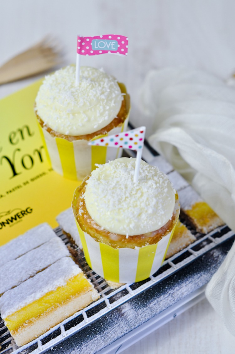 cupcakes tres leches con coco y banderitas.jpg