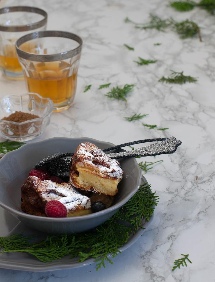 pastel magico de vainilla con frutos rojos copia