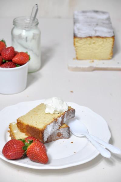 bizcocho de limon acompañado con fresas y crema de queso