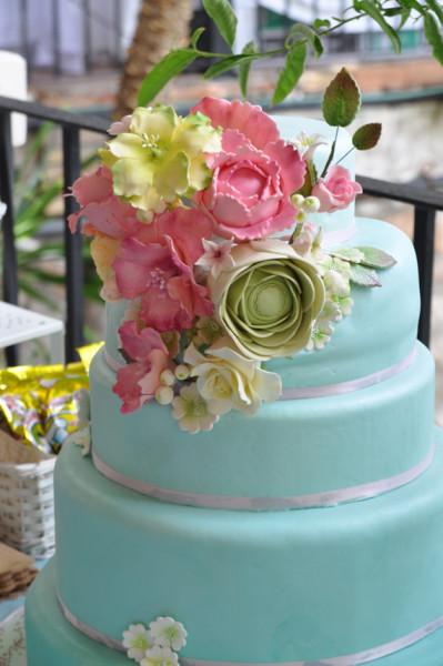 tarta de boda con detalle de ramo de flores