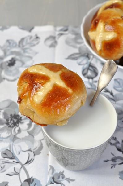 hot cross buns con leche.jpg