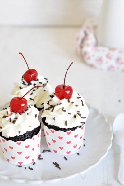 cupcakes selva negra con cerezas maraschino
