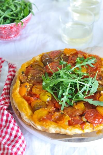 tatin de tomate con rucula y albahaca