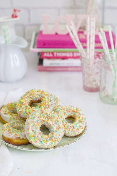 easter donuts con sprinkles
