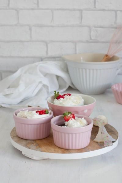 natillas de chocolate con nata y fresas
